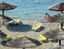 В Анапе в женщину, которая не встала под гимн России на пляже, запустили камнем