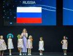 «Рука Кремля»: на Неделе моды украинского дизайнера выпустили под флагом РФ