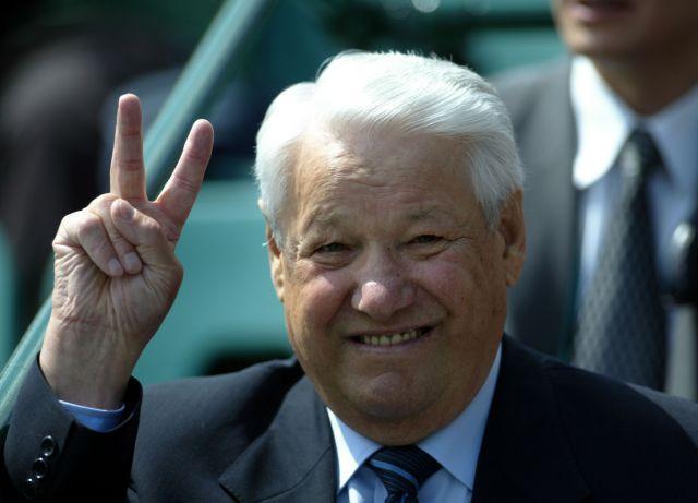 Ельцин с открыткой